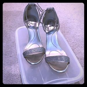 Bandolino heels - silver sparkle size 6.5